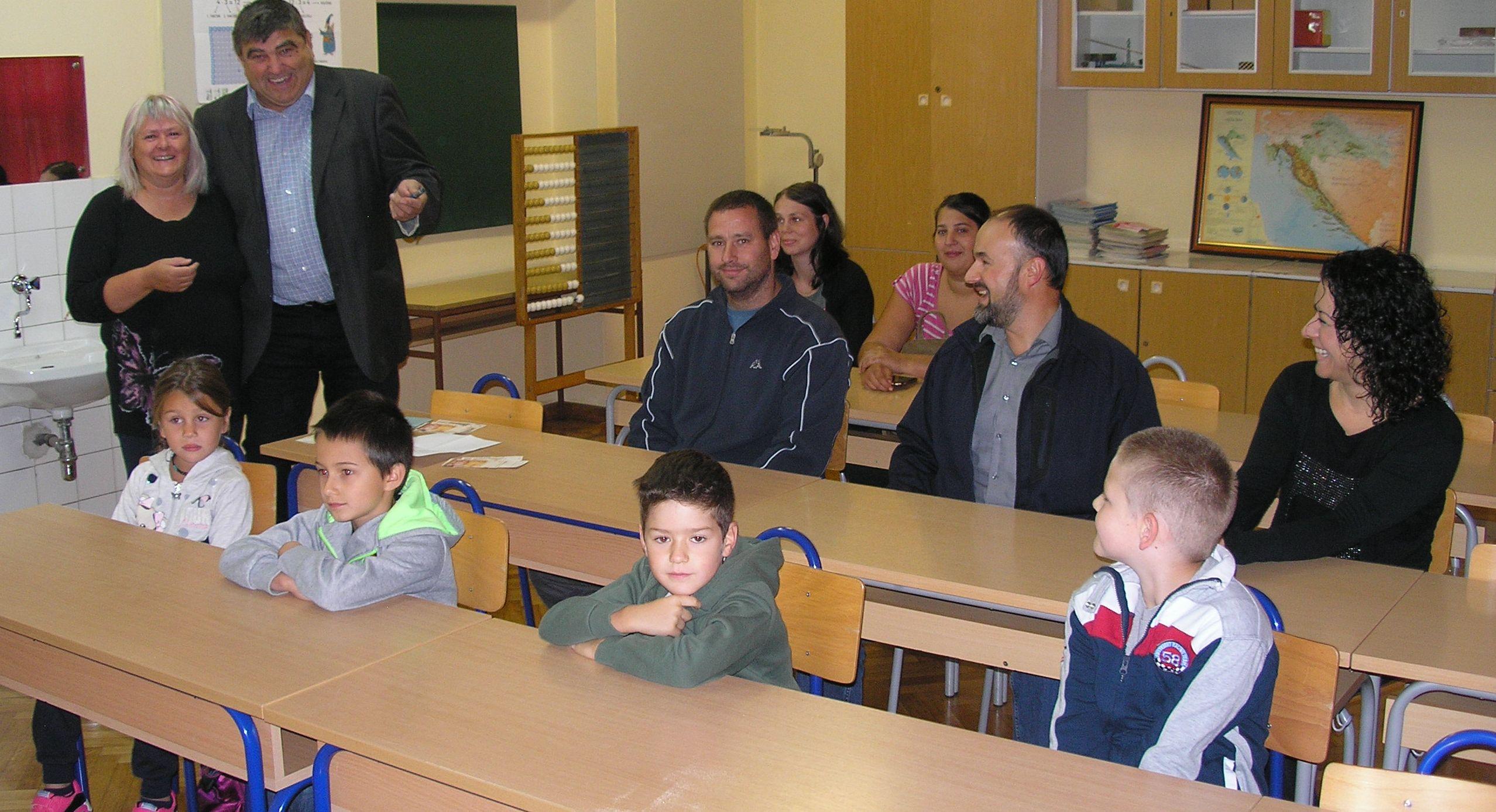 Načelnik Damir Grgurić obradovao je skradske prvašiće posjetom, a njihove roditelje s novčanom pomoći / Foto V. PINTAR