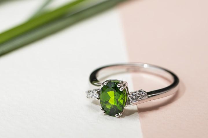 prsten od bijelog zlata s dijamantom