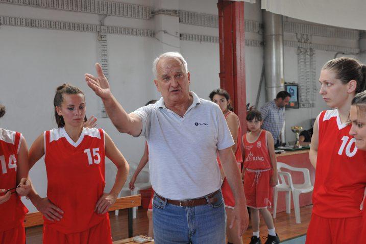 Dinko Mustapić sa svojim košarkašicama Mlake/Foto Arhiva NL
