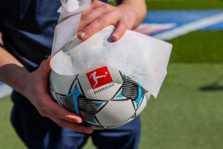 Sve lopte na njemačkim stadionima prolaze kroz obaveznu dezinfekciju/Foto REUTERS