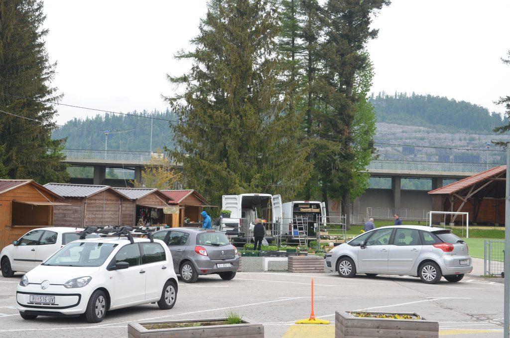 Počele su gužve na igralištu i parkingu pod branom jezera Bajer u Fužinama / Foto Marinko KRMPOTIĆ