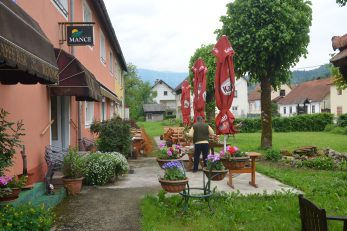 Prekrasna terasa hotela »Mance« spremna je za goste / Snimio Marinko KRMPOTIĆ