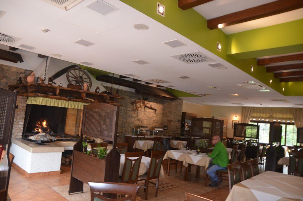 Restoranski prostor hotela »Bitoraj« nudi i kamin, čime je ukupno ozračje još ugodnije / Foto M. KRMPOTIĆ