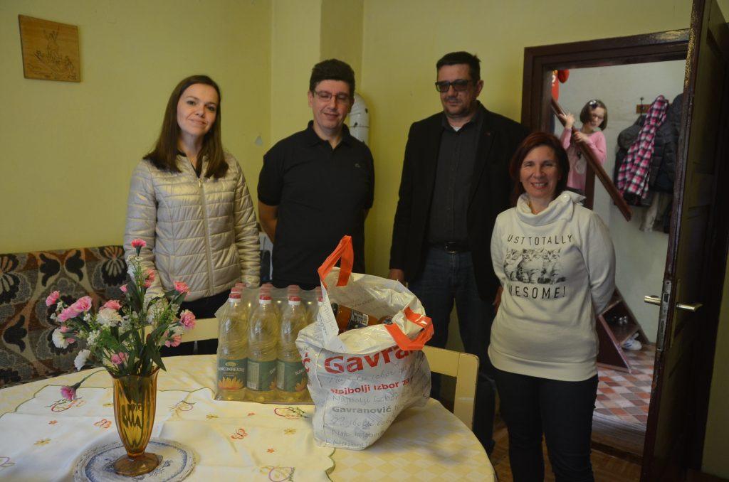 Martina Tonković i Dušan Stipanović Majiće su darivali u ime Grada Vrbovskog / Foto M. KRMPOTIĆ