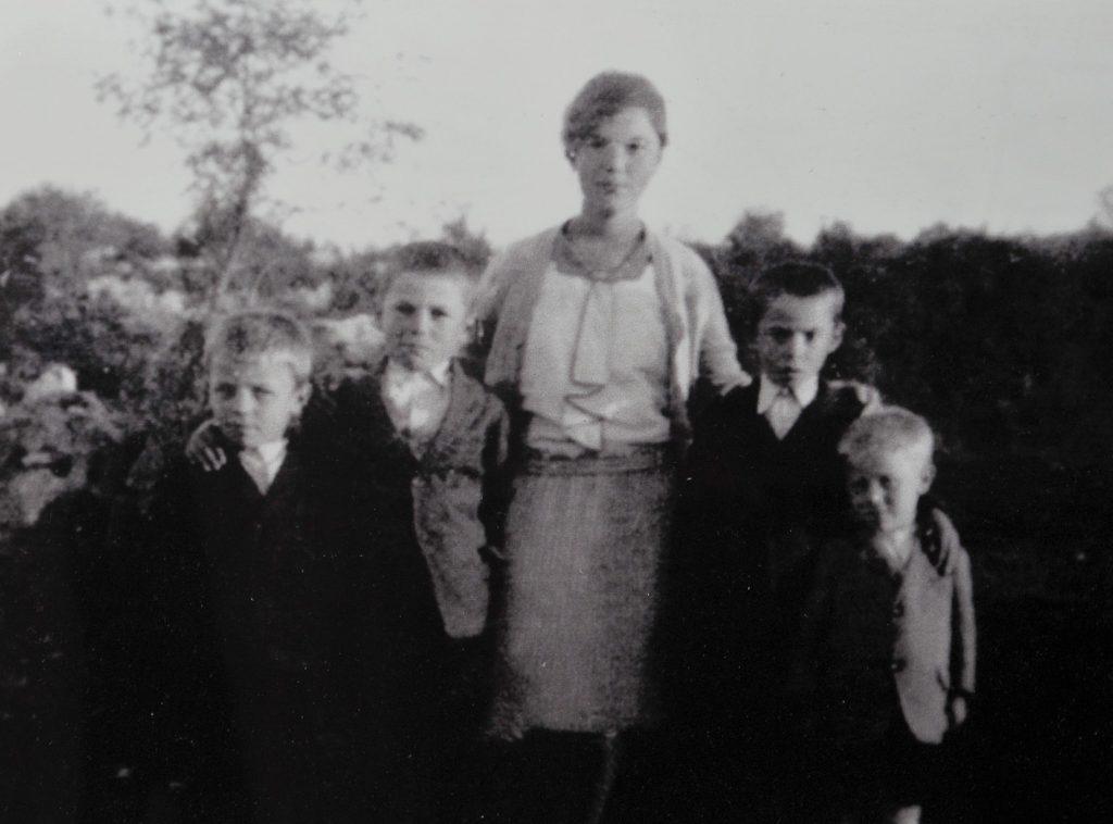 Najstarija fotografija sa sestrom Marijom i braćom Ninijem, Bepijem i Milanom