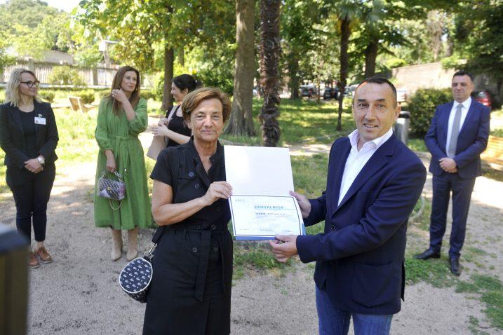 Predstojnica Klinike Jelena Roganović predala je zahvalnicu vlasniku tvrtke Draženu Srdoču / Snimio Vedran KARUZA