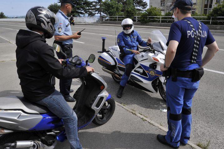 Zbog skinute »brzinske blokade« pod policijskom pratnjom do stanice za tehnički pregled / Snimio Damir ŠKOMRLJ