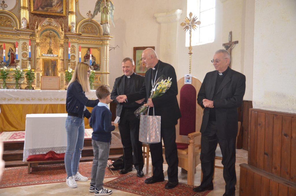 Najmlađi vjernici župe Brod na Kupi apostolskom nuniciju predali su darove s puno ljubavi / Foto: M. KRMPOTIĆ
