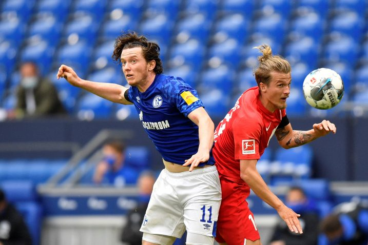 Michael Gregoritsch (Schalke) iTin Jedvaj (Augsburg)/Foto REUTERS