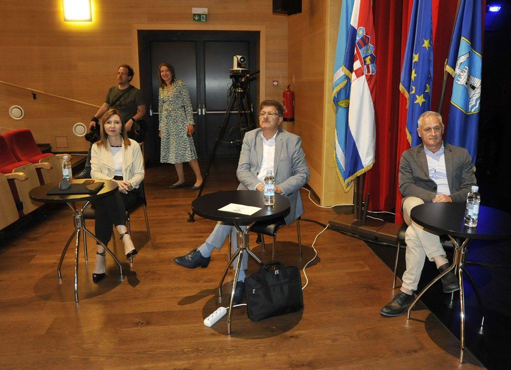 Za posebnim stolovima su bili Vera Aničić, Ivo Dujmić i Emil Priskić / Snimio Sergej DRECHSLER