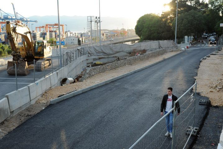 Ispred OŠ Pećine promet se ponovo odvija starom trasom / Foto M. GRACIN
