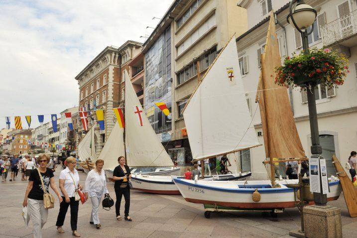 Festival počinje u utorak 28. svibnja na Korzu kada će se prezentirati tradicijske barke, obnovljene u sklopu europskog projekta »Mala barka 2«, uz svečani defile sudionika festivala / Snimio Silvano JEŽINA