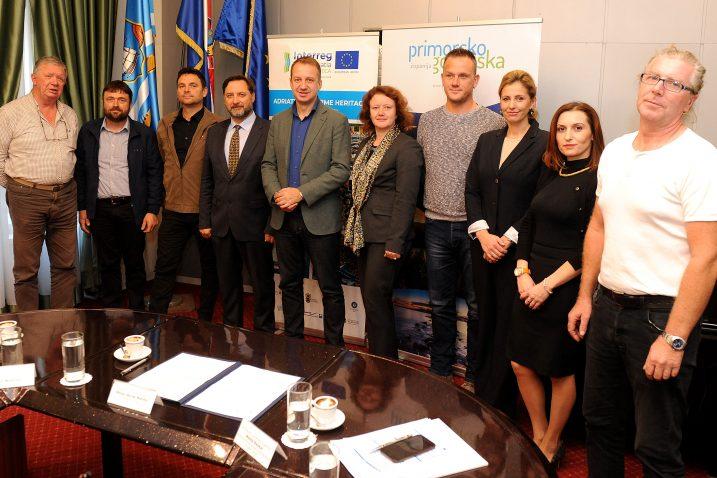Potpisnici ugovora o obnovi tradicijskih barki / Snimio Marko GRACIN