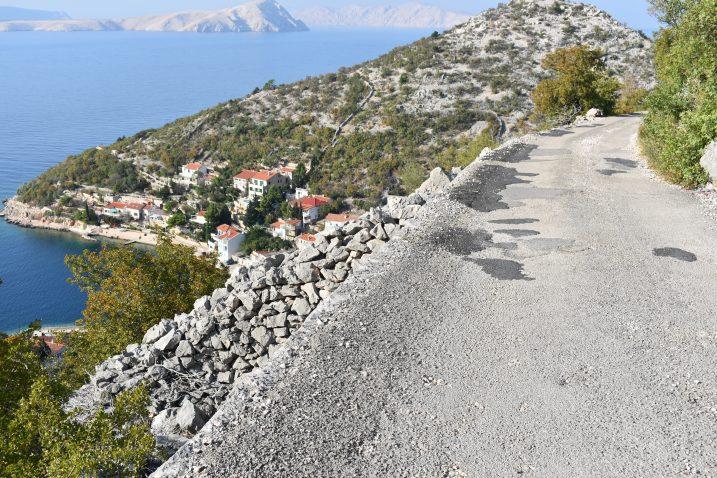 Opasna cesta nema zaštitne ograde iznad provalije / Snimio Marin SMOLČIĆ