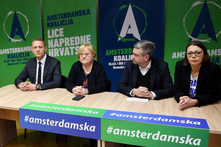Najoštrijim riječima obrušili su se čelnici Amsterdamske koalicije na HDZ, premijera i ministre koji, umjesto da sjede u Vladi, obilaze Liku uoči izbora za Županijsku skupštinu i troše državne resurse na svoju kampanju / Snimio Ivica TOMIĆ