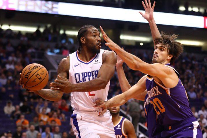Kawhi Leonard (LA Clippers) i Dario Šarić (Phoenix Suns)/Foto REUTERS