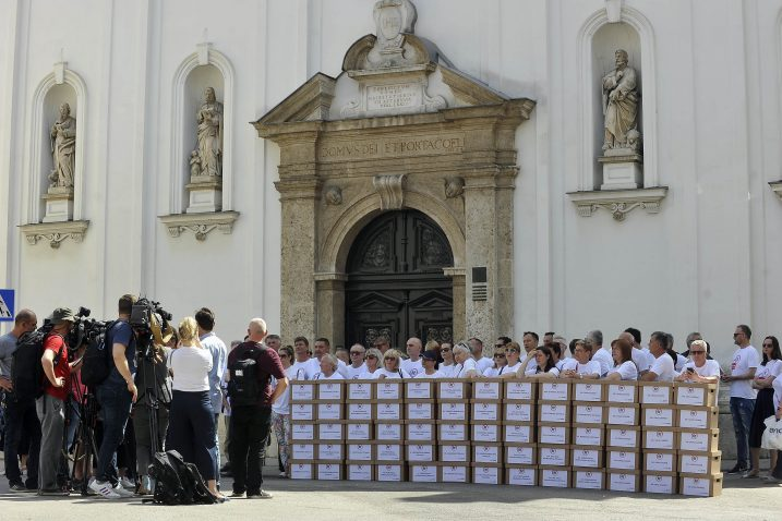 Referendumska inicijativa »67 je previše« u trenutku predaje prikupljenih potpisa / Foto Davor KOVAČEVIĆ