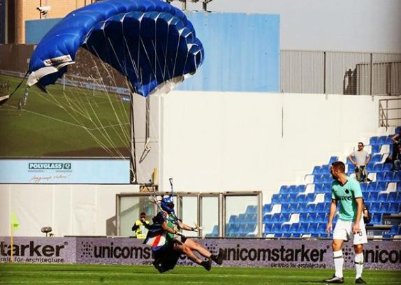 Nepoznati muškarac sletio je padobranom na teren tijekom utakmice Sassuola i Intera/Foto Instagram