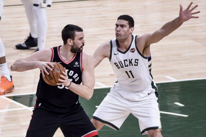 Marc Gasol (Toronto Raptors) i Brook Lopez (Milwaukee Bucks)/Foto REUTERS