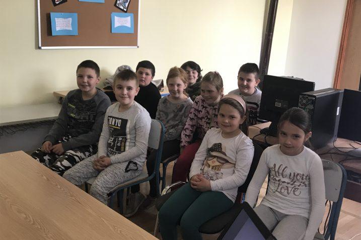"""Djelatnik policije Denis Buljat  educirao je učenike na temu """"Ne diram, opasno je jer znam što je!""""- opasnost od minsko-eksplozivnih sredstava."""