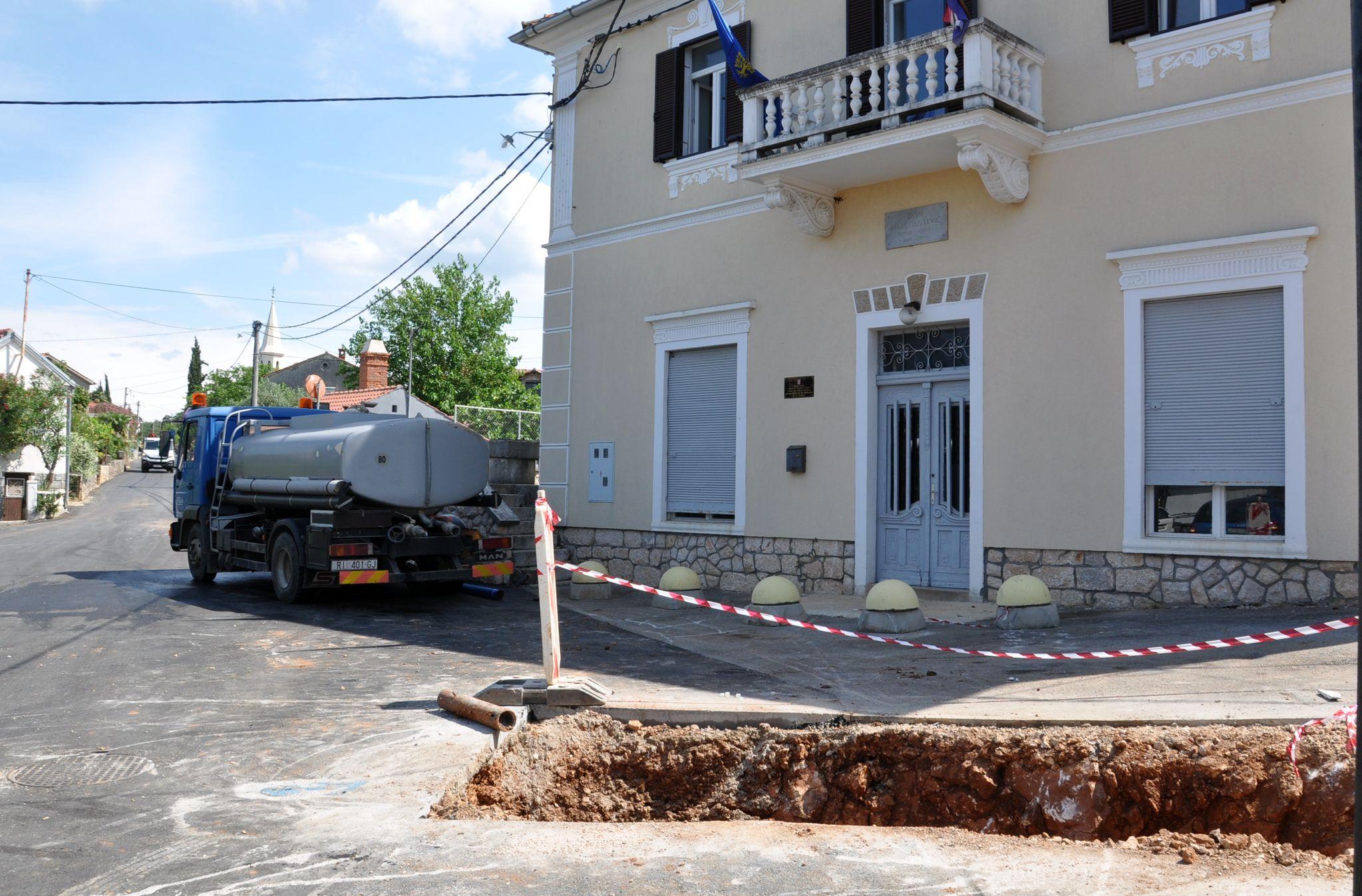U središtu Svetog Vida jučer je mještanima na raspolaganju bila kamionska cisterna / Snimio Mladen TRINAJSTIĆ