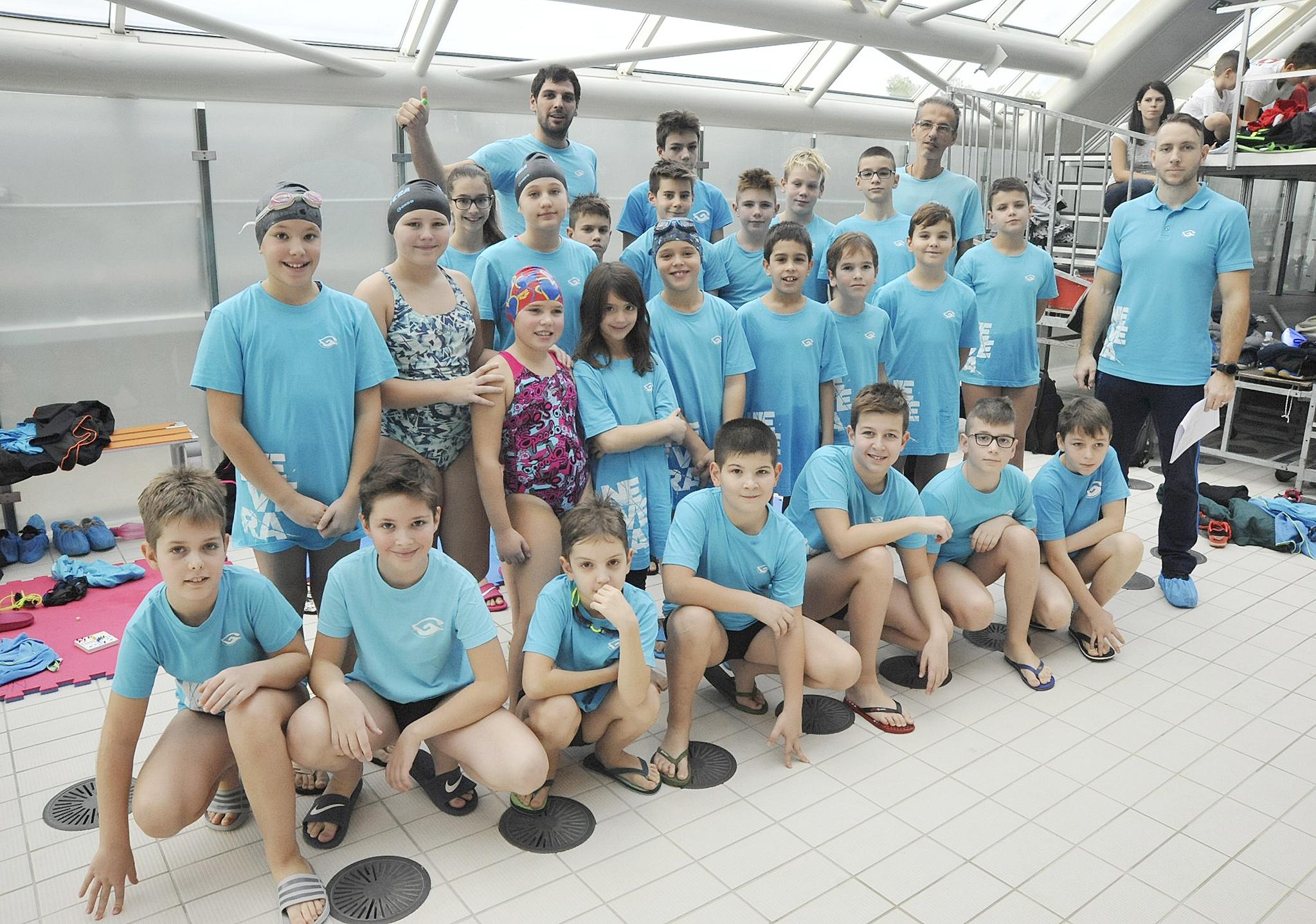 Plivači i plivačice Nevere s trenerima