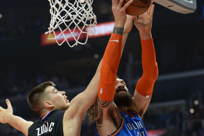 Ivica Zubac (LA Clippers) i Steven Adams (Oklahoma City Thundera)/Foto REUTERS
