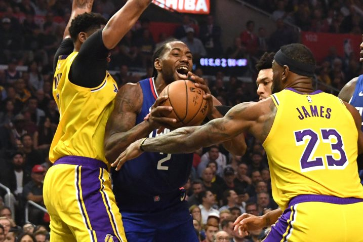 Kawhi Leonard (LA Clippers) između Anthonyja Davisa i LeBron James (LA Lakers)/Foto REUTERS