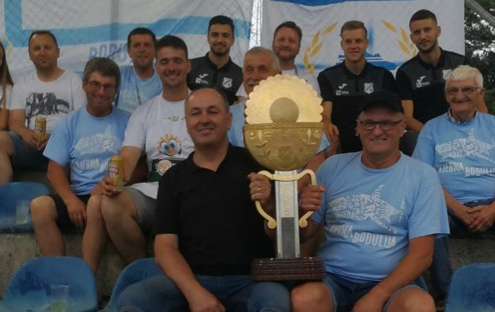 Mladen Milohnić, predsjednik PBO i članovi Udruge uz trofej i igrače najdražega kluba