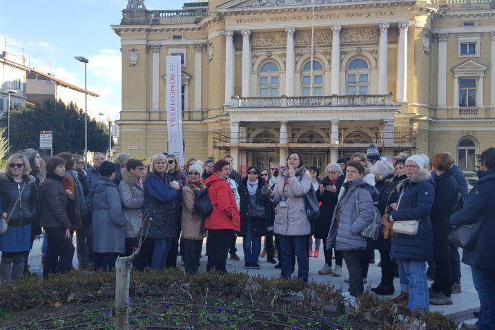 Skupina zainteresiranih građana pred zgradom riječkog kazališta / Snimila Ines MICULINIĆ