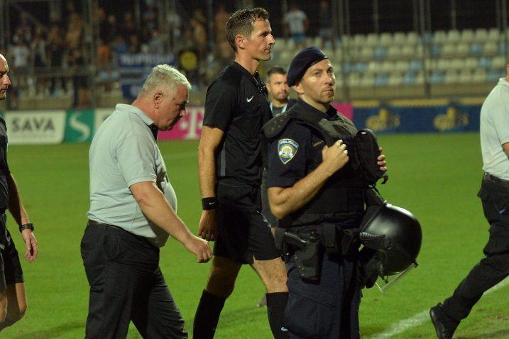 Duju Strukana prošle jeseni redari i policija čuvali su od gnjevne riječke publike/Foto Arhiva NL