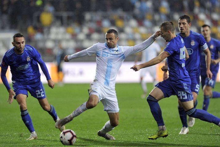 Zoran Kvržić u okruženju igrača Dinama/Foto Arhiva NL