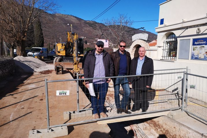 Radovi na infrastrukturi u Brseču - Ivan Balgavi, Riccardo Staraj i Ervino Mrak / Snimila Marina KIRIGIN