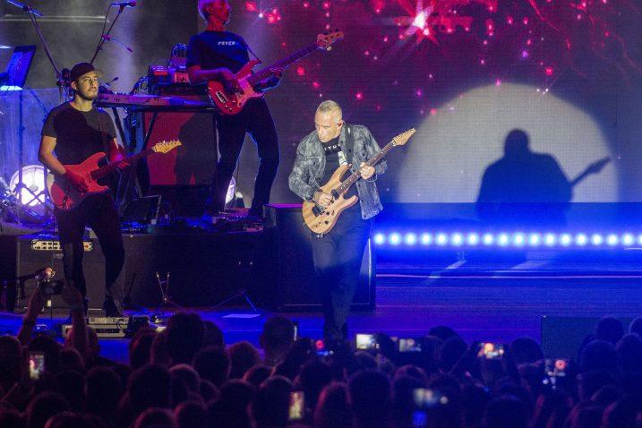 Osim odličnim vokalom, Eros Ramazzotti publiku je osvojio i bravurama na gitari / Snimili Roni BRMALJ i Marin ANIČIĆ