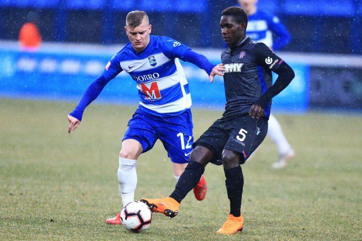 Petar Bočkaj (Osijek) i  Hamza Barry (Hajduk)/Foto Pixsell/D. JAVOROVIĆ