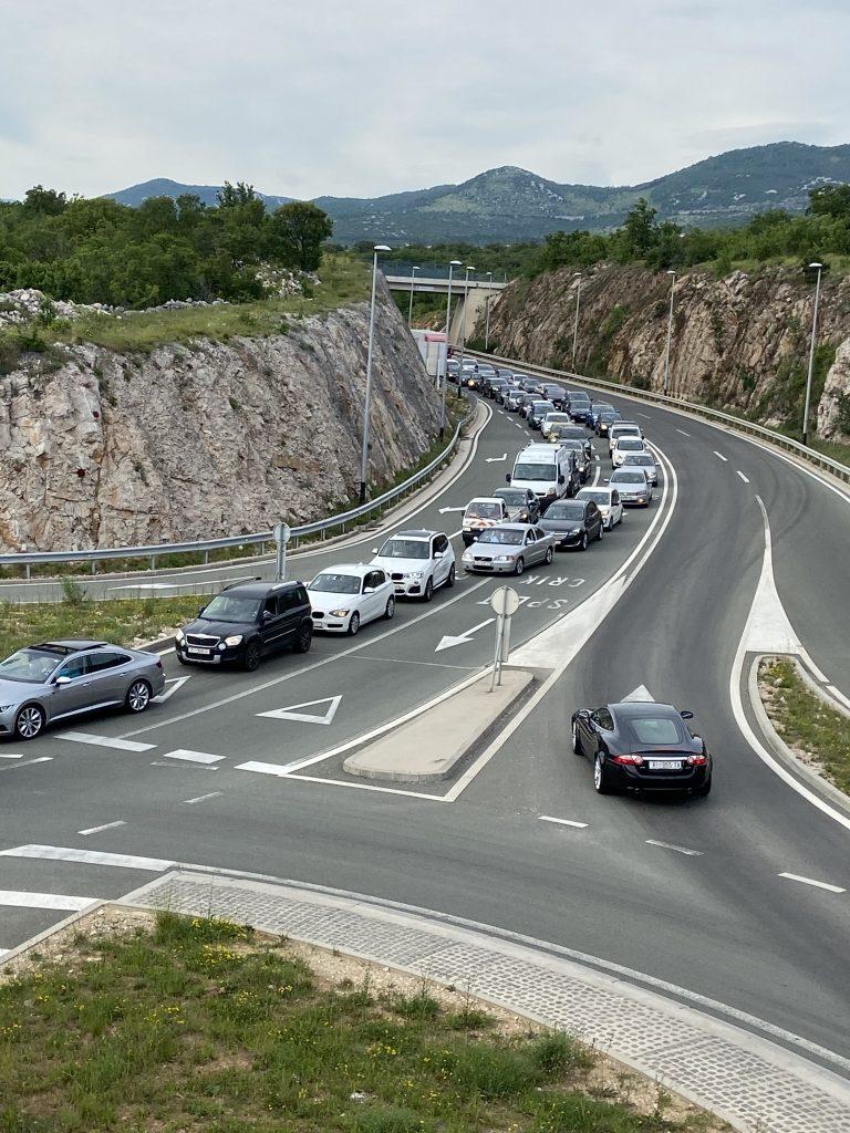 Gužva na cesti za Krčki most / Snimio čitatelj