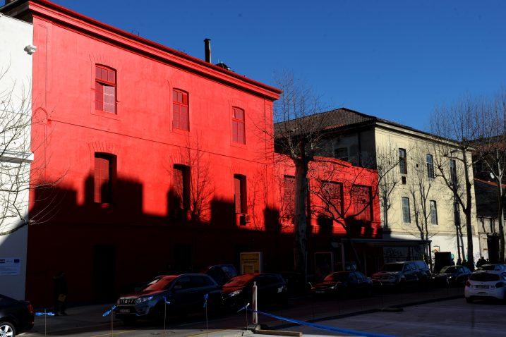 Zgrada Muzeja moderne i suvremene umjetnosti »obojena« u crveno / Snimio Marko GRACIN