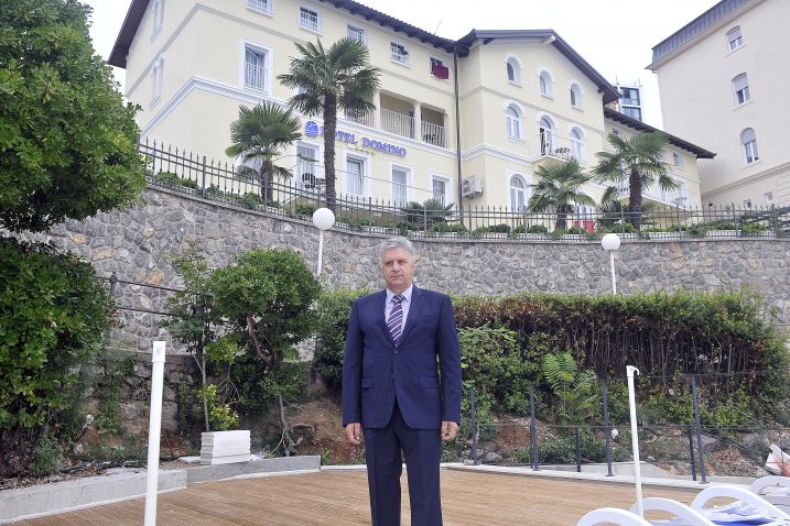 Mirzet Jusufagić, direktor ispred hotela Domino u Opatiji / Foto Roni BRMALJ
