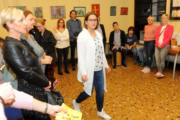 Dora Jadronja, pobjednica natječaja, na jučerašnjoj izložbi / Foto M.GRACIN