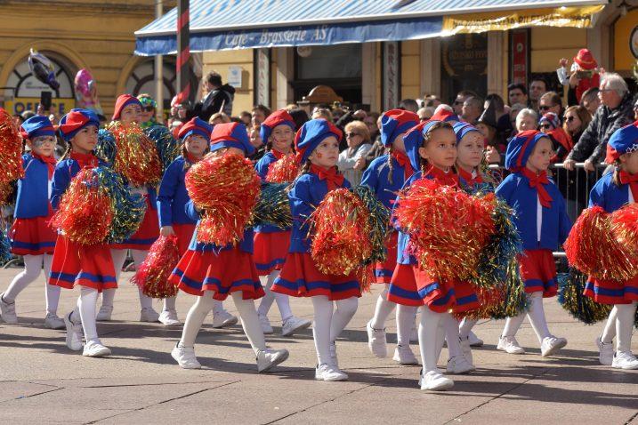 Lanjsku povorku, tradicionalno, otvorile su male mažoretkinje / Snimio Damir ŠKOMRLJ