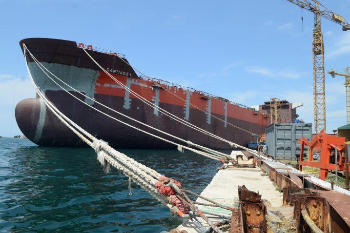 »Santiago« već tri godine stoji u Puli i čeka završno opremanje, ali se na tom brodu tamo nije učinilo ništa / Foto Glas Istre