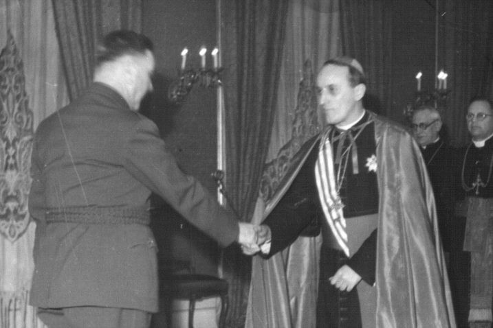 Čelnik marionetske ustaške tvorevine Ante Pavelić rukuje se sa zagrebačkim nadbiskupom Alojzijem Stepincom / Foto Wikimedia Commons