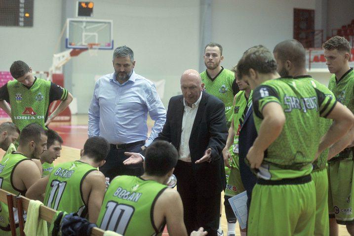 Damir Rajković na minuti odmora sa svojim košarkašima/Foto Arhiva NL