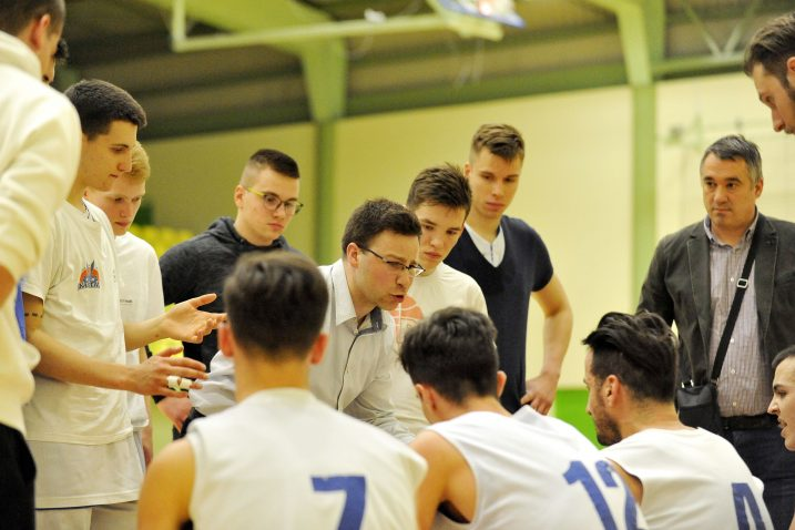 Košarkaši Kastva s trenerom Miranom Lipovščakom/Foto Arhiva NL