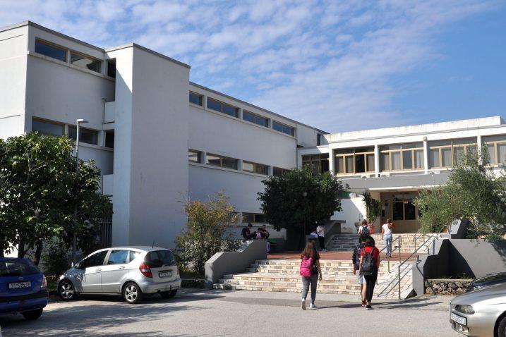 Srednja škola Hrvatski kralj Zvonimir u Krku / Foto Mladen TRINAJSTIĆ