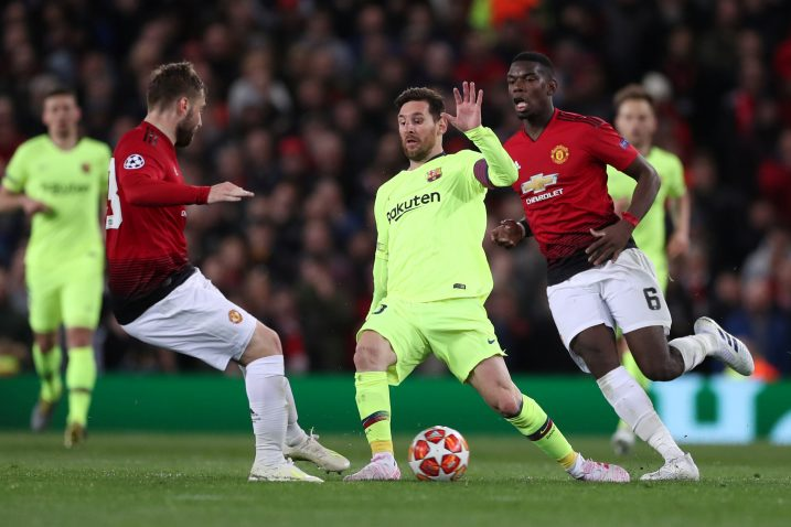 Lionel Messi (Barcelona) između Lukea Shawa i Paula Pogbe (Manchester United)/Foto REUTERS