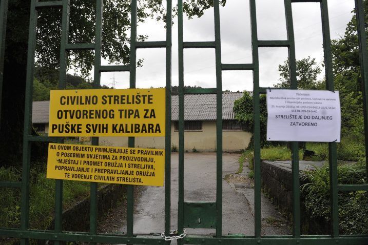 Lanac, lokot i poruka na portunu Streljane »Vladimir Gortan« na Drenovi / Snimio Roni BRMALJ