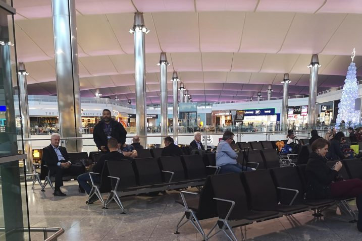 Ivica Todorić je u zračnoj luci Heathrow sjedio mirno i zamišljeno u pratnji policajaca u civilu / Snimila  Marina KIRIGIN