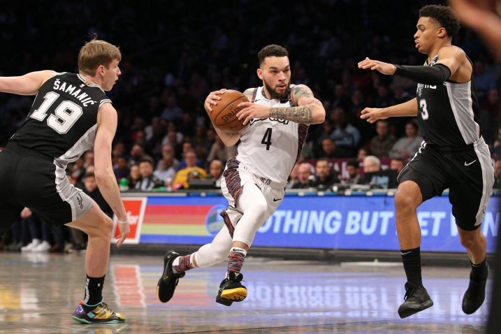 Chris Chiozza (Nets) prolazi između Luke Šamanića i Keldona Johnsona (San Antonio)