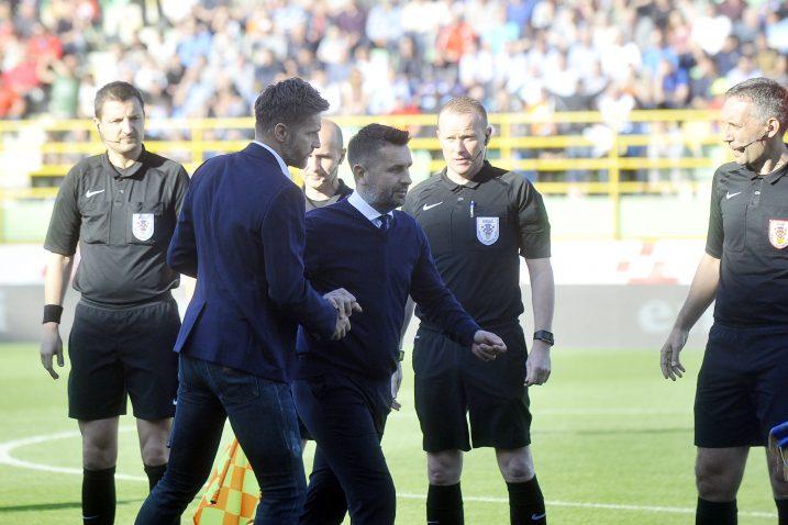 Nenad Bjelica i Igor Bišćan sa sucima uoči početka utakmice/R,. BRMALJ